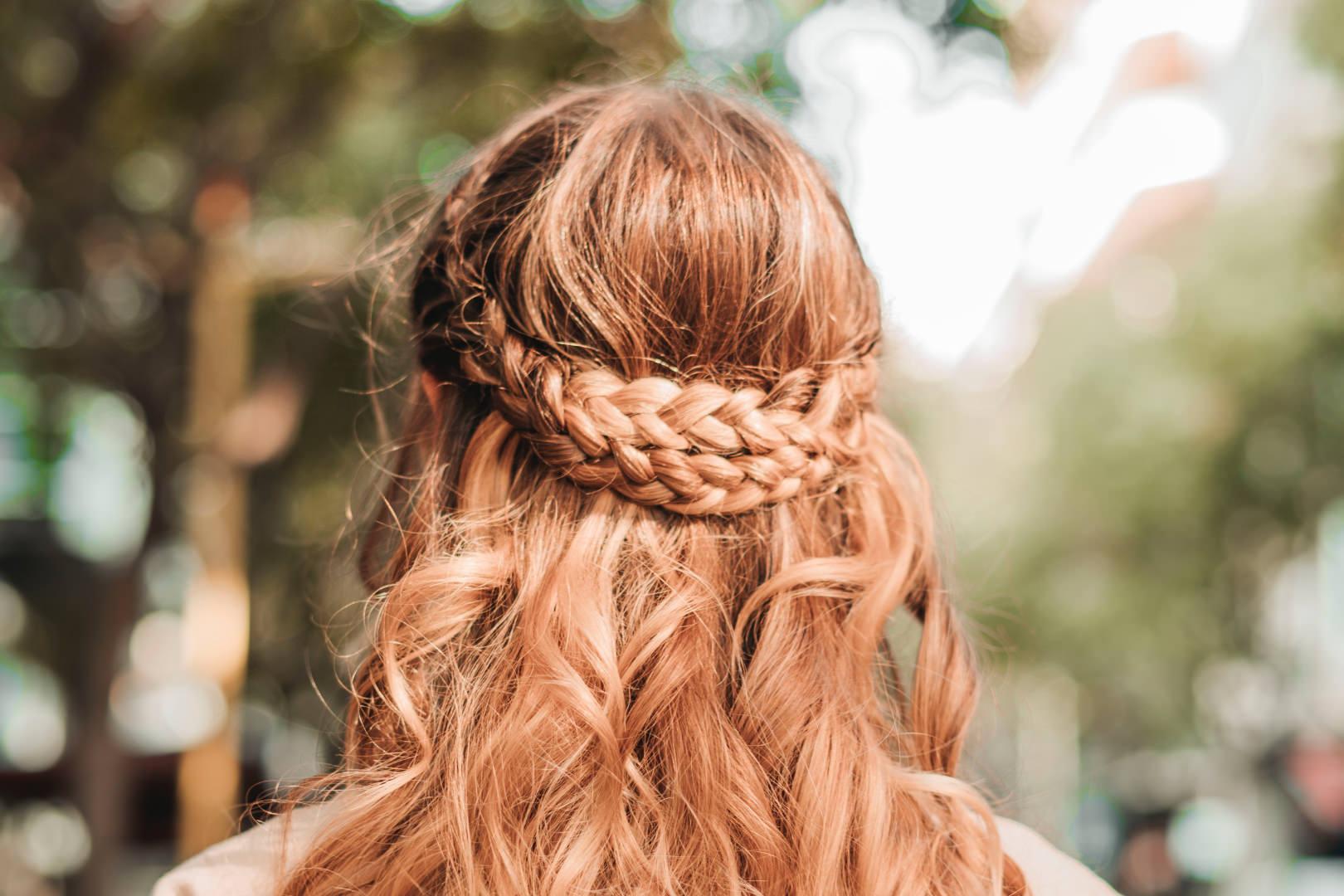 Blog Post 23 consigli per mantenere al meglio i capelli grassi, senza danneggiare e irritare il cuoio capelluto.